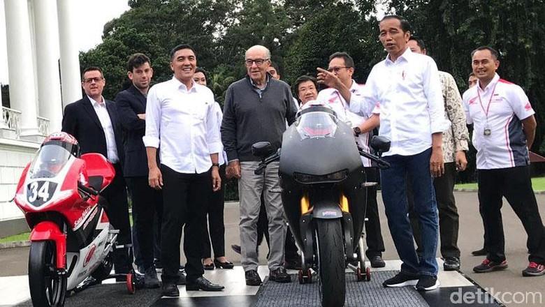Jokowi dan moge replika MotoGP Honda (Foto: Ray Jordan)