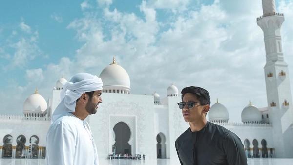 Pangeran Abdul Mateen (berkacamata hitam) saat mengunjungi Masjid Sheikh Zayed di Abu Dhabi (Instagram/tmski)