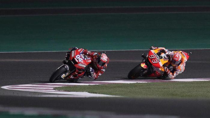 Marc Marquez saat bersaing dengan Andrea Dovizioso di Sirkuit Losail, Doha, Qatar, Minggu (10/3/2019). (Foto: Ibraheem Al Omari/REUTERS)