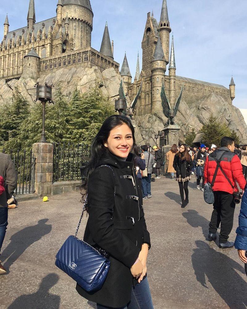 Pada akhir tahun 2017 lalu, Jessica sempat traveling ke Negeri Sakura Jepang. Di sana ia mampir ke Wizarding World of Harry Potter di Universal Studio Osaka (Instagram/jesicafitriana)