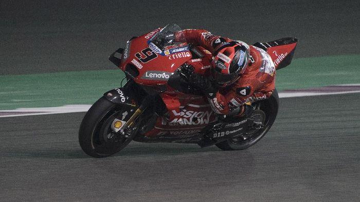 Petrucci menggeber motor Desmosedici GP19 yang terpasang aerodinamika di depan ban belakangnya. (Foto: Mirco Lazzari gp/Getty Images)