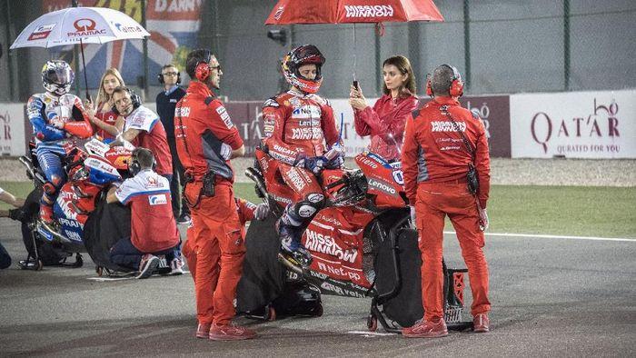Pebalap Ducati Andrea Dovizioso sebelum race Qatar berlangsung. (Foto: Mirco Lazzari gp/Getty Images)