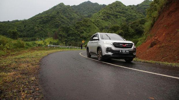 Test Drive Wuling Almaz