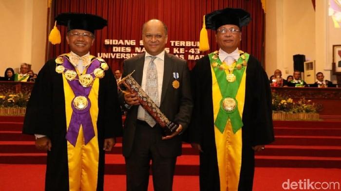 Ilham Habibie mewakili BJ Habibie menerima anugerah dari UNS. (Foto: Bayu Ardi Isnanto/detikcom)