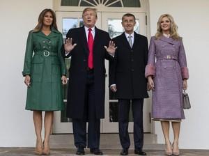 Donald Trump Tinggalkan Melania di Luar Gedung Putih, Netizen Kesal