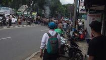 Massa Demo di Depan Kantor Adhi Karya Pasar Minggu, Lalin Sempat Macet
