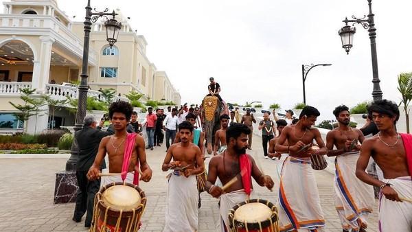 Kalau yang ini saat Pangeran Abdul Mateen naik gajah di Cehnnai, India (Instagram/tmski)