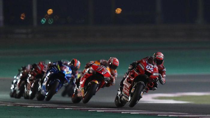 MotoGP - Qatar Grand Prix - Losail International Circuit, Lusail, Qatar - March 10, 2019   Mission Winnow Ducatis Andrea Dovizioso, Repsol Honda Teams Marc Marquez and Team SUZUKI ECSTARs Alex Rins during the race   REUTERS/Ibraheem Al Omari