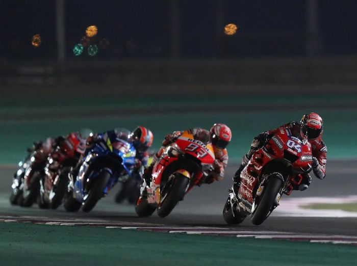 Balapan seri Andrea Dovizioso dan Marc Marquez di MotoGP Qatar. (Foto: Ibraheem Al Omari/Reuters)