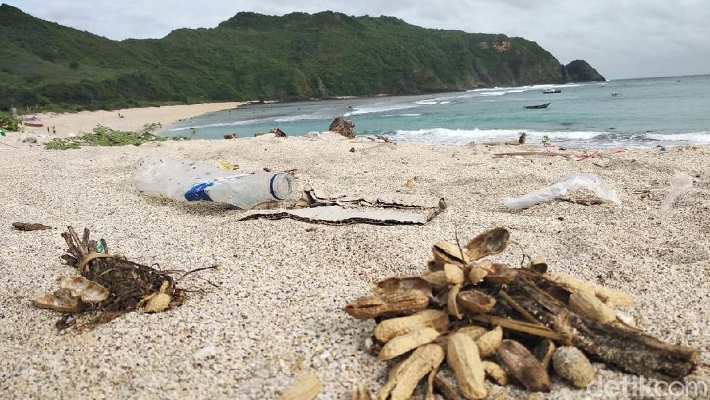 Turis Keluhkan Sampah di Tempat Wisata Lombok