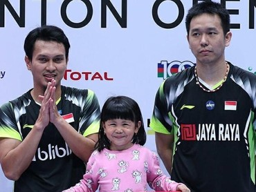 Ketika menjuarai Singapore Open 2018, Mohammad Ahsan turut membawa sang putri, Chayra Maritza Ahsan, ke atas podium. (Foto: Instagram @king.chayra)
