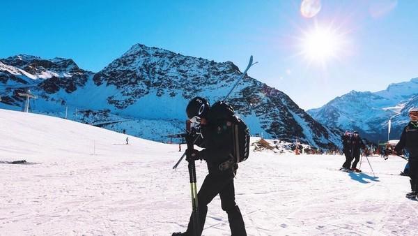 Pangeran Abdul Mateen juga sering bolak-balik Eropa, khususnya main ski di Swiss (Instagram/tmski)