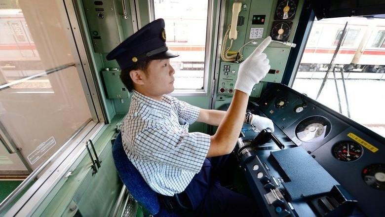 Masinis Jepang menujuk ke layar memastikan kecepatan kereta (Toru Yamanaka/AFP/Getty Images)