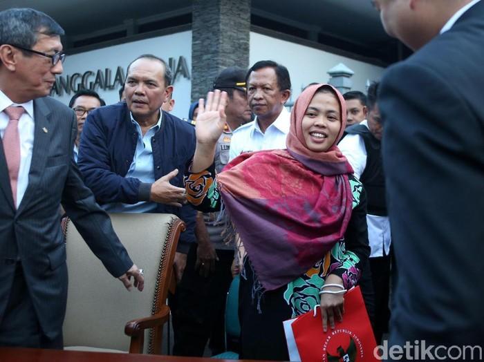 Tawa Bahagia Siti Aisyah saat Tiba di Tanah Air. (Foto: Rengga Sancaya)