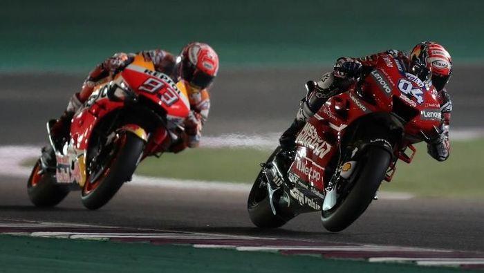 Marc Marquez berduel dengan Andrea Dovizioso di MotoGP Qatar. (Foto: Karim Jaafar / AFP Photo)