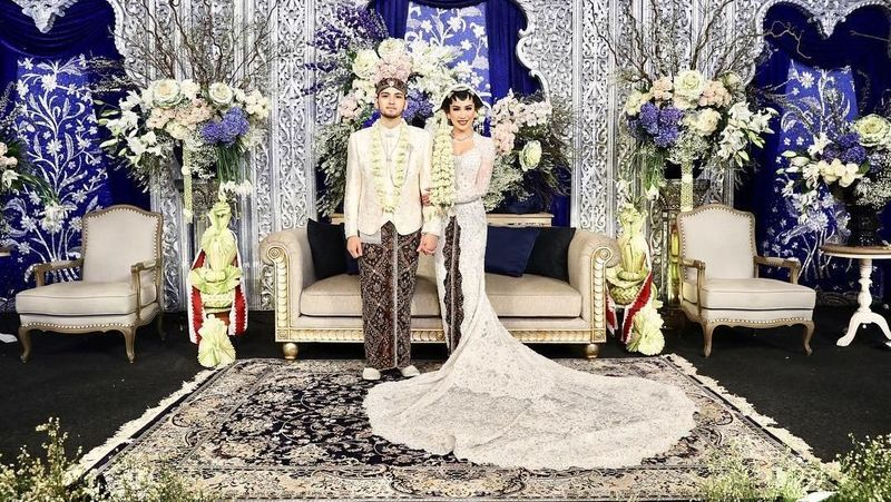 Setelah berpacaran selama belasan tahun, akhirnya cucu Presiden ke-2 RI Soeharto resmi menikahi kekasihnya Kezia Toemion pekan lalu. Anak dari pasangan Bambang Trihatmodjo dan Halimah itu tampak begitu bahagia (keziatoemion/Instagram)