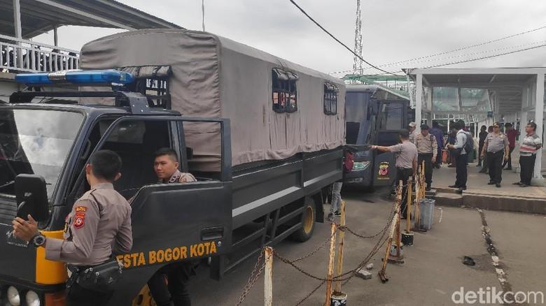 Antar Penumpang KRL di Stasiun Bogor, Polisi Sediakan Bus dan Truk