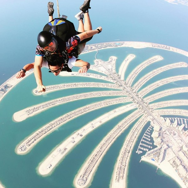 Pria berusia 27 tahun ini suka aktivitas menantang. Main skydiving di Dubai saja dicobanya (Instagram/tmski)