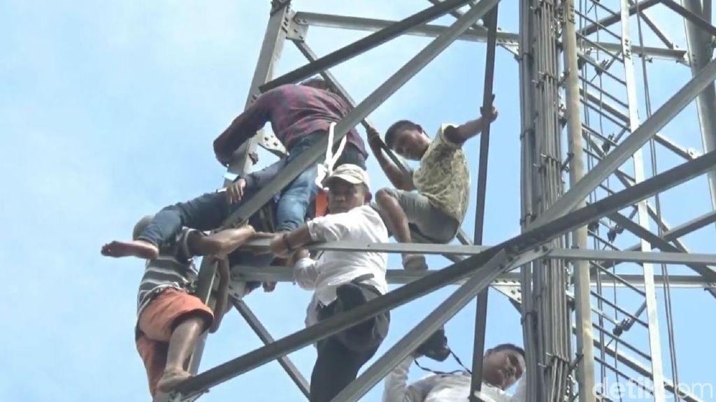 Nekat! Pria Gendong Anak Panjat Tower Ancam Bunuh Diri di Purwakarta