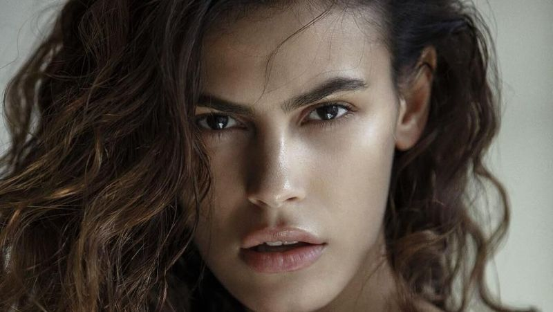 Namanya Alisar Ailabouni, model cantik asal Suriah. (alisarailabouni/Instagram)