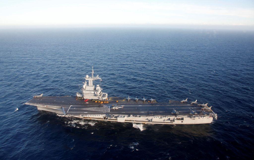 Terlihat kapal induk Prancis satu-satunya saat ini, Charles de Gaulle, berlayar melintasi laut Mediterania. Foto: Reuters