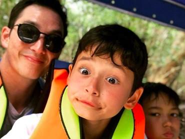 Pasang ekspresi duck face saja, wajah ayah dan anak ini masih ganteng maksimal ya, Bun. (Foto: Instagram: @mike_lewis)