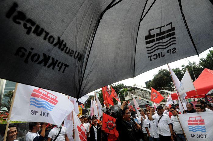 Para pekerja mendorong KPK untuk segera menuntaskan dugaan kasus korupsi pelabuhan terbesar sepanjang sejarah yang masih terus berusaha dijalankan Pelindo II. Foto: dok. SP JICT