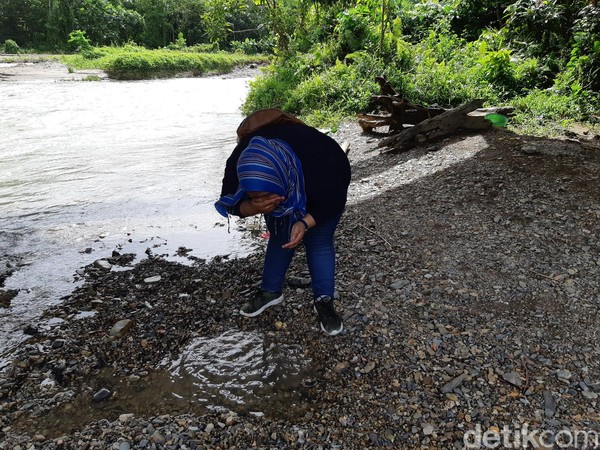 Ada pula mitos yang mengatakan bahwa mencuci muka atau mandi di sungai ini akan dapat jodoh dengan segera. (Bonauli/detikcom)
