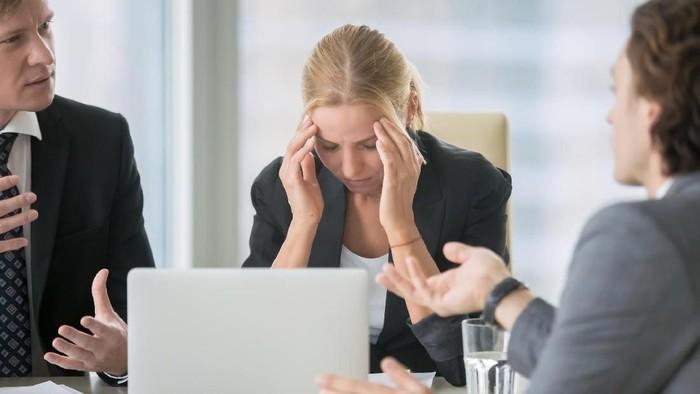 Ilustrasi burnout atau stres di tempat kerja. Foto: iStock