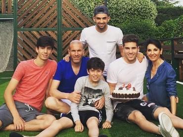 Momen ulang tahun putra kedua, Luca Zidane, yang ke-19. So sweet ya, Bun? (Foto: Instagram @luca)