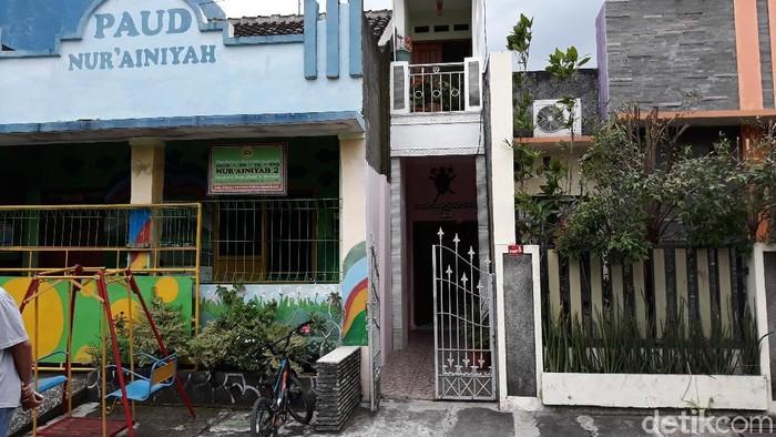 Desain Dapur Dekat Garasi mengunjungi rumah selebar 1 meter milik warga di solo