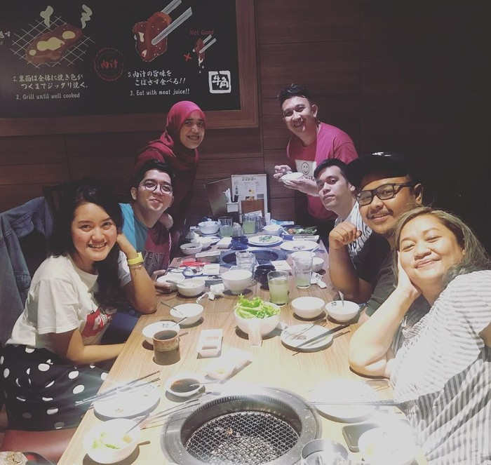 Merayakan cheating Augie bersama dengan para sahabat terlihat menikmati makanan enak. Seru banget ya! Foto: Instagram@augiefantinus
