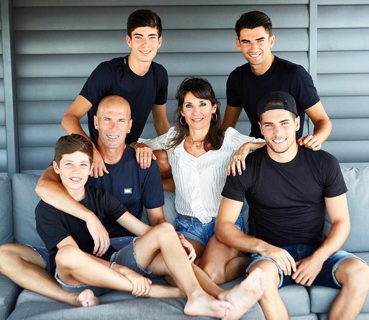 Zinedine Zidane, pemain sepak bola keturunan Aljazair ini menikah dengan Veronique pada 1994. Mereka dikaruniai 4 anak kali-laki bernama Enzo Fernández Zidane, Luca Zidane, Théo Zidane, dan Elyaz Zidane Fernández. (Foto: Instagram @enzo)