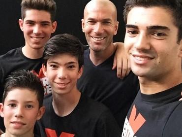 Potret kekompakan Zidane dan keempat putranya. Dua putra tertuanya, Enzo Zidane dan Luca Zidane juga mengikuti jejak sang ayah jadi pemain sepak bola lho, Bun. Keren ya? (Foto: Instagram @zidane)