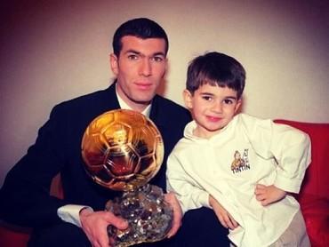 Throwback saat Zidane dan putra pertama, Enzo, berpose dengan Golden Ball, setelah dirinya dinobatkan sebagai pemain terbaik Piala Dunia 2006. (Foto: Instagram @enzo)