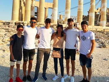 Pelatih baru Real Madrid ini adalah tipe ayah yang sering menghabiskan waktu bersama keluarga. Ini salah satu potret kebersamaan keluarga Zidane saat berlibur ke Yunani. (Foto: Instagram @enzo)