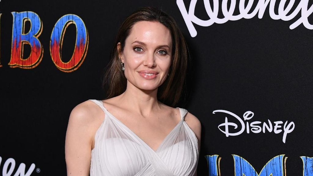 Rahasia di Balik Tulang Pipi Super Kurus Angelina Jolie di Maleficent 2