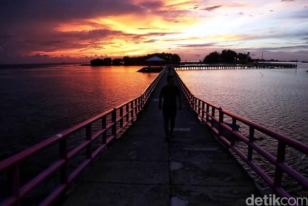 Pulau Tidung punya Jembatan Cinta. Snorkelingan sambil menatap keindahan cakrawala jingga bakal bikin kamu lupa daratan. (Pradita Utama)
