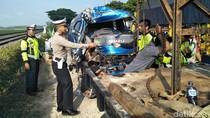 Mobil Travel vs Truk Tabrakan di Raya Bojonegoro, 2 Orang Luka Berat