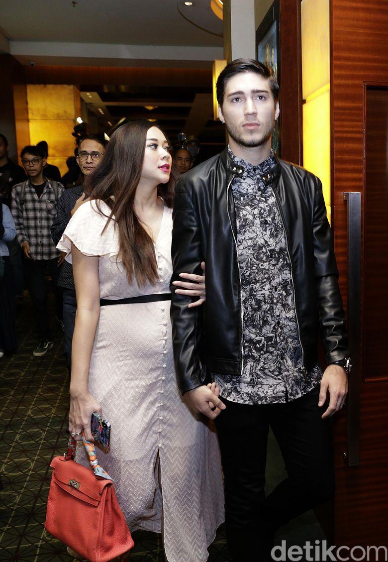 Aura Kasih dan Eryck Amaral saat ditemui di kawasan Senayan, Jakarta Pusat pada Senin (11/3).Pool/Palevi S/detikFoto.