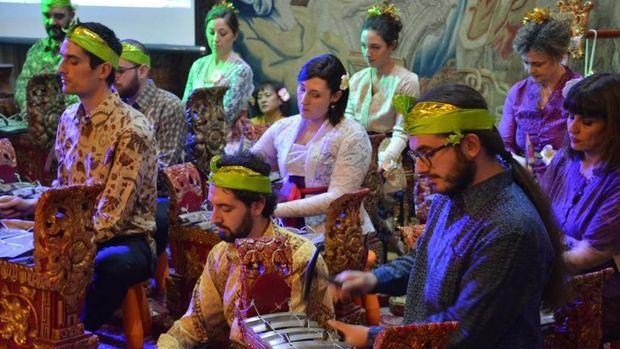 Warga Italia Antusias Mainkan Gamelan Bali