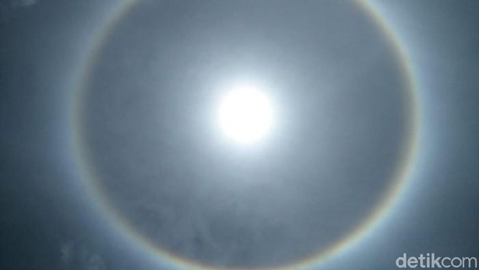 Ada yang berbeda dengan penampakan matahari di langit Aceh siang ini. Di sekeliling matahari terlihat jelas cahaya pelangi. Fenomena inipun ramai diabadikan warga.