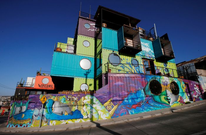 Hotel Winebox di Valparaiso, Chile, tengah ramai diperbincangkan banyak orang. Pasalnya hotel itu memiliki bentuk yang unik dan menggunakan kontainer bekas sebagai dinding bangunannya.