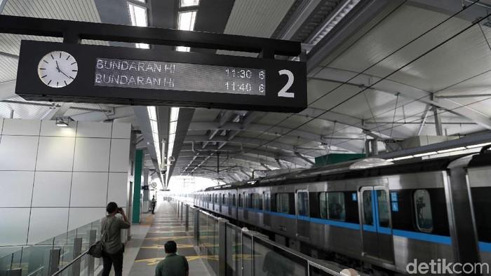 Hari ini MRT Jakarta mulai diuji coba atau trial run kereta kepada masyarakat. Dalam uji coba ini, para kru MRT selalu ramah meyapa para penumpang.