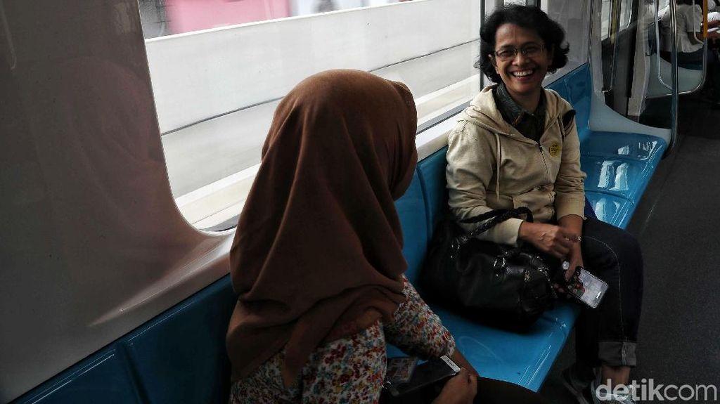 Senangnya Warga Jajal MRT Jakarta