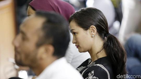 Bakti Atiqah Hasiholan pada Ratna Sarumpaet