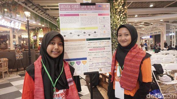 Fauziah Listiana Putri (16) dan Friesta Mayestika (16), dua remaja yang melakukan penelitian unik efek 'nagih' aroma kotoran di sudut ibu jari kaki. Hayo ngaku, siapa yang merasa terwakili?