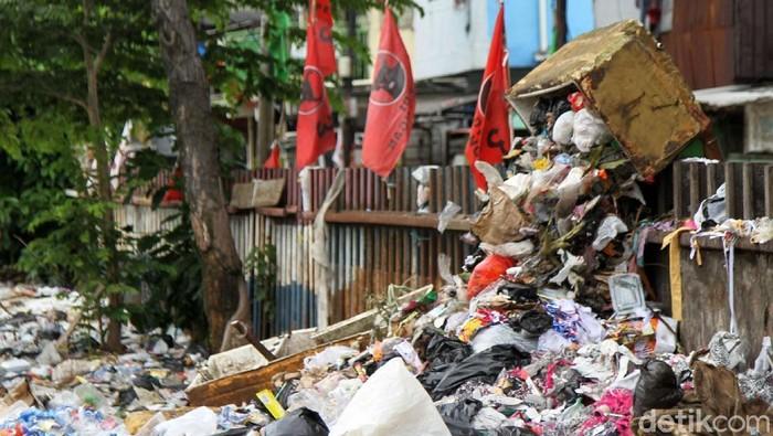 Sampah plastik di pinggiran KRL (Foto: Rifkianto Nugroho)