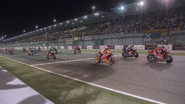 DOHA, QATAR - MARCH 10: The MotoGP riders start from the grid during the MotoGP race during the MotoGP of Qatar - Race at Losail Circuit on March 10, 2019 in Doha, Qatar. (Photo by Mirco Lazzari gp/Getty Images)