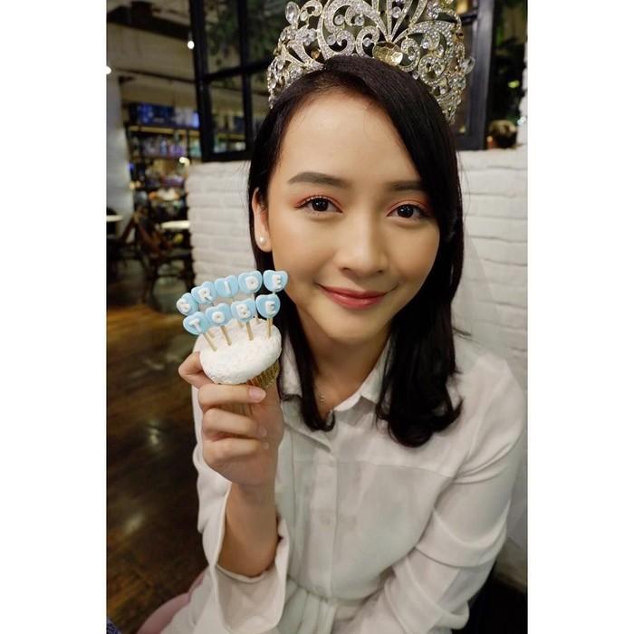 Devi Kinal Putri merupakan penyanyi sekaligus mantan member dari JKT48. Meski baru berusia 23 tahun, Kinal sudah memutuskan untuk menikah. Ini pose manisnya saat menghadiri acara bridal shower untuknya, lengkap dengan cupcake manis. Foto: Instagram @kinalputridevi